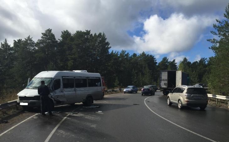 НаНовогайвинской пробка: «Камаз» врезался вмаршрутку спассажирами